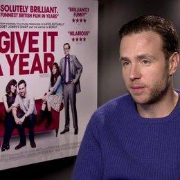Rafe Spall (Josh) über die Rede von Trauzeugen - OV-Interview Poster