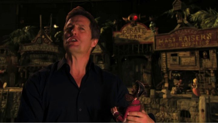 Hugh Grant über Gemeinsamkeiten mit dem Piratenkapitän - OV-Interview Poster
