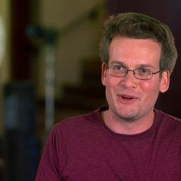 John Green - Autor - über die Chemie zwischen Gus und Hazel - OV-Interview Poster