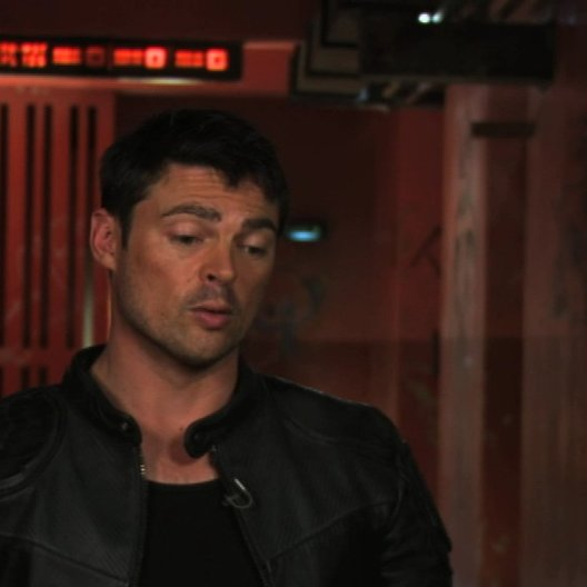 Karl Urban on the creation of dredds equipment - OV-Interview Poster
