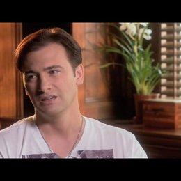 Luketic über die Feinheiten bei den Dreharbeiten - OV-Interview Poster