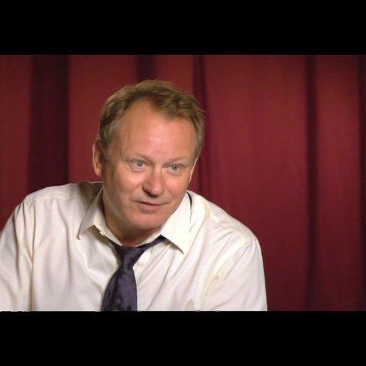 "Stellan Skarsgård (""Kommandant Richter"") über Ron Howard - OV-Interview Poster"
