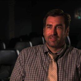 Rob Riggle über seine Rolle - OV-Interview Poster