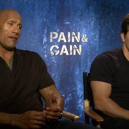 Mark Wahlberg und Dwayne Johnson - Daniel Lugo und Paul Doyle - über die Gier ihrer Charaktere - OV-Interview Poster