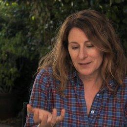 Nicole Holofcener - Autor & Regisseurin - über die Chemie zwischen Julia und James - OV-Interview Poster