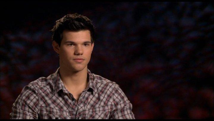 Taylor Lautner (Jacob Black) - über die Entwicklung von Jacob 2 - OV-Interview Poster