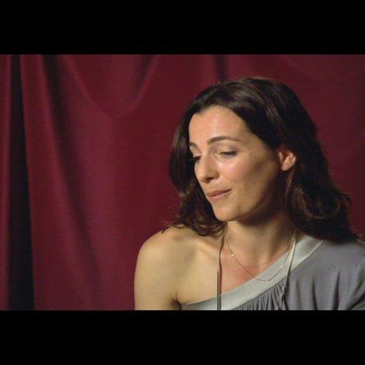 """Ayelet Zurer (""""Vittoria Vetra"""") über Tom Hanks Teil 2 - Interview Poster"""