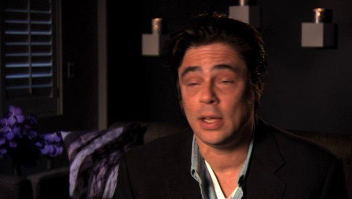 Benicio Del Toro über die Zusammenarbeit mit John Travolta - OV-Interview Poster