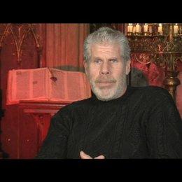 Ron Perlman über den Schwertkampf im Film - OV-Interview Poster