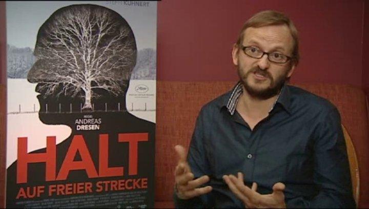 Milan Peschel über die Zusammenarbeit mit professionellen Darstellern - Interview Poster
