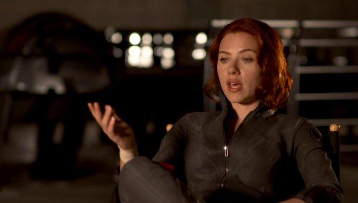 Scarlett Johansson - Natasha Romanoff - Black Widow wie Black Widow in Shield passt - OV-Interview Poster