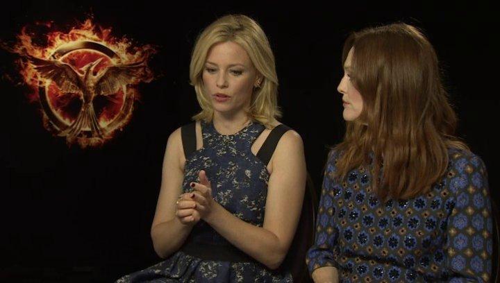 Julianne Moore - Praesidentin Coin - und Elizabeth Banks - Effie Trinket - über ihre Rollen und deren Entwicklung - OV-Interview Poster