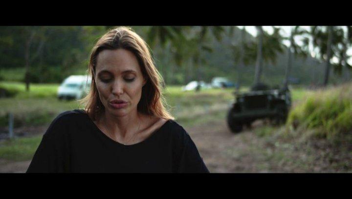 Angelina Jolie über die Besetzung der Rolle The Bird - OV-Interview Poster