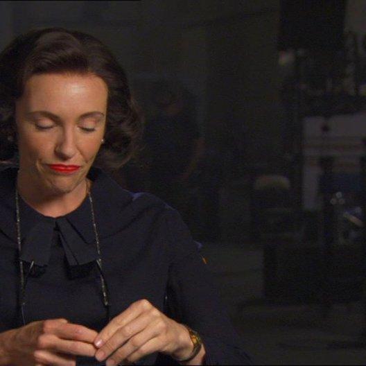 Toni Collette (Peggy Robertson) über ihre Rolle als Peggy Robertson - OV-Interview Poster