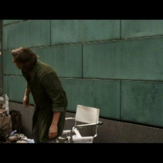 Alex findet in den Trümmern seiner Wohnung seinen Kater - Szene Poster