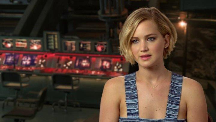 Jennifer Lawrence - Katniss Everdeen - über das Verhältnis von Katniss und Präsidentin Coin - OV-Interview Poster