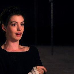 Anne Hathaway über die Vorteile des Live Singens - OV-Interview Poster