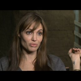 Angelina Jolie über die Arbeit mit der Crew - OV-Interview Poster