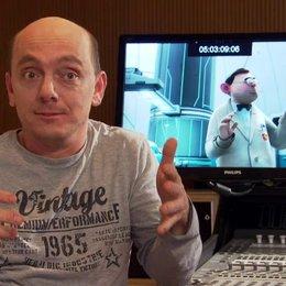 Bernhard Hoecker (Serge) über die Herausforderungen des Sychronisierens - Interview Poster