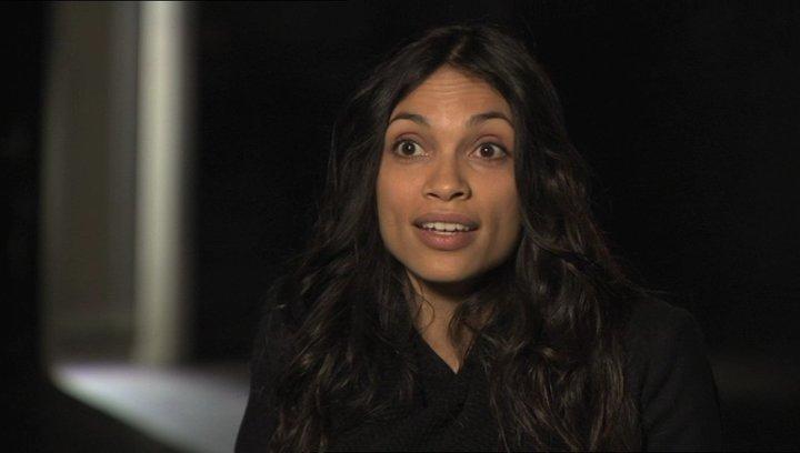 Rosario Dawson über die Dynamik zwischen den Hauptdarstellern - OV-Interview Poster