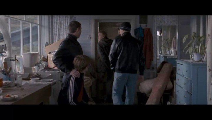Kolja wird aufgrund eines unbegründeten Mordverdachtes an seiner Frau festgenommen. - Szene Poster
