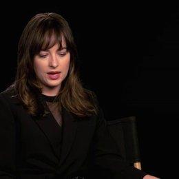 Dakota Johnson über Anas emotionale Verbindung zu Christian Grey - OV-Interview Poster