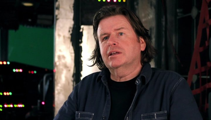 Simon West -Regie- über den Grund, warum er bei The Expendables 2 Regie führen wollte - OV-Interview Poster