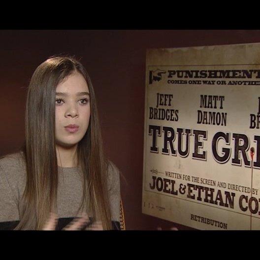 Hailee Steinfeld (Mattie Ross) über ihre Rolle - OV-Interview Poster