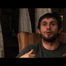 Dragos Bucur ueber den menschlichen Ueberlebensinstinkt - OV-Interview Poster