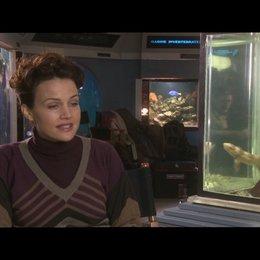 Carla Gugino über die Arbeit mit Pinguinen am Set - OV-Interview Poster