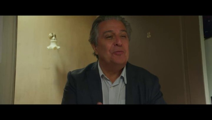 Michel (Christian Clavier) trifft auf Sebastians Gäste - Szene Poster