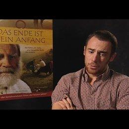 Elio Germanio über die Herausforderung einen zweisprachigen Film zu drehen - OV-Interview Poster