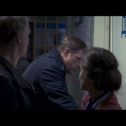 Kolja möchte Anzeige gegen Vadim erstatten, er wird stattdessen selbst festgenommen. - Szene Poster