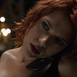 Die schwarze Witwe (Scarlett Johansson) vermöbelt ihre Folterer - trotz Fesseln! - Szene Poster