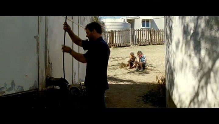 George entdeckt, dass die Wurzeln das Haus beschädigen - Szene Poster