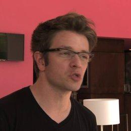 Christian Ditter über die Hauptdarsteller Lily Collins und Sam Claflin - OV-Interview Poster