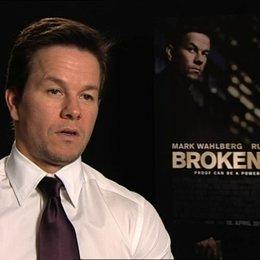 Mark Wahlberg über die Zusammenarbeit mit Russel Crowe - OV-Interview Poster