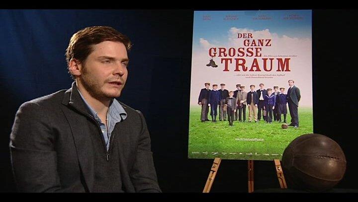 Daniel Brühl (Konrad Koch) über die Figur Konrad Koch - Interview Poster