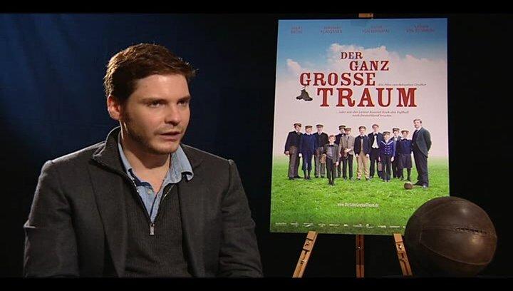 Daniel Brühl (Konrad Koch) über seine eigenen Fußballkünste - Interview Poster