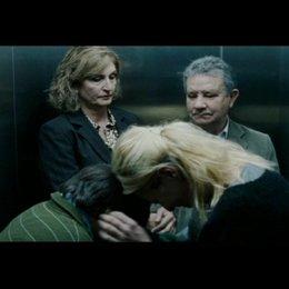 Daniel und Laura albern im Fahrstuhl - Szene Poster