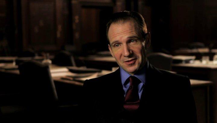Ralph Fiennes über Judi Denchs Schauspielkünste - OV-Interview Poster