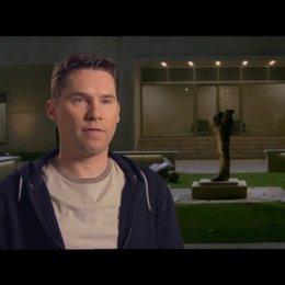 Bryan Singer - Produzent - über die jungen Mutanten, wie sie lernen, ihre Kräfte zu beherrschen - OV-Interview Poster