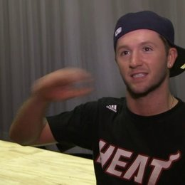 Travis Wall - Choreograph über Step Up Miami Heat - OV-Interview Poster