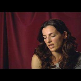 """Ayelet Zurer (""""Vittoria Vetra"""") über Tom Hanks - Interview Poster"""