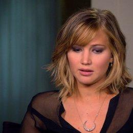 Jennifer Lawrence - Katniss Everdeen - über Trish Summerville und die Kostüme - OV-Interview Poster
