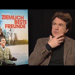 Francois Cluzet (Philippe) über die Herausforderung sich nur über die Mimik auszudrücken - OV-Interview Poster