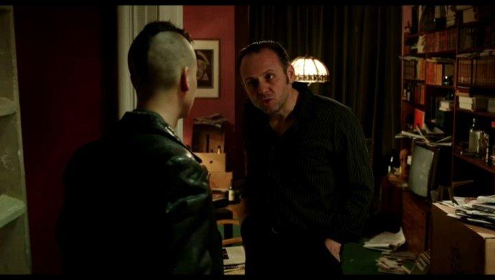 Klaus erzählt vom versteckten RAF Geld - Szene Poster