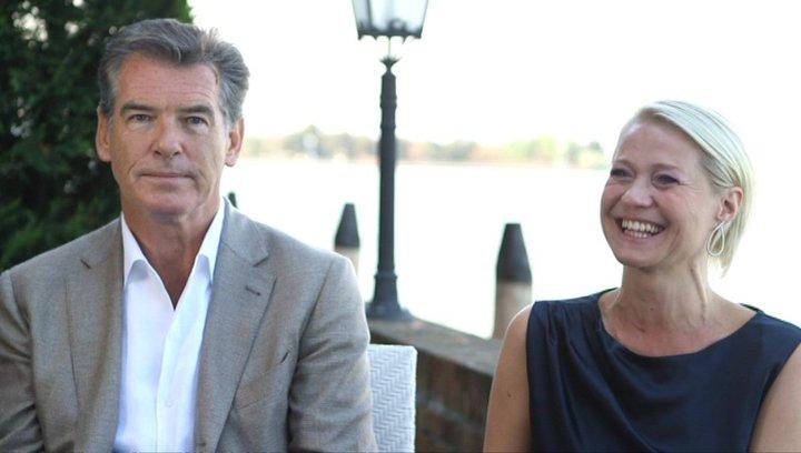Pierce Brosnan und Trine Dryholm über die Dreharbeiten - OV-Interview Poster