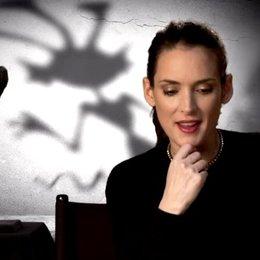 Winona Ryder - Elsa van Helsing - über ihre Rolle - OV-Interview Poster