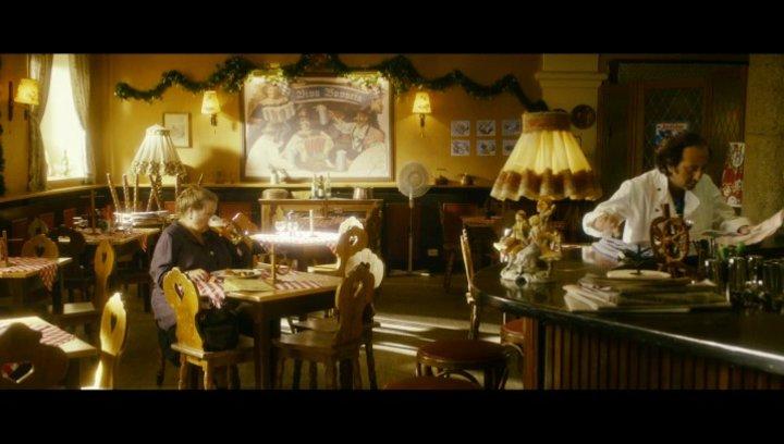 Oma bestellt ein Wiener Schnitzel in Rom - Szene Poster